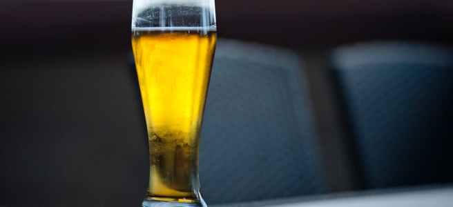 ein volles bierglas auf einem tisch