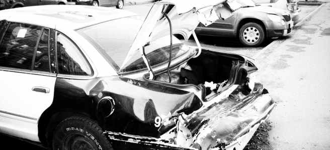 Auto nach Unfall mit zerstörtem Kofferraum