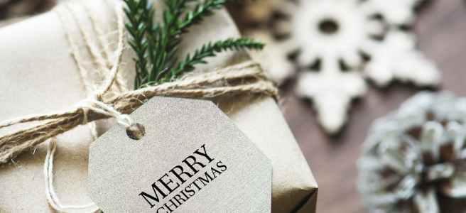 ein geschenkpackerl mit einem weihnachtsanhänger auf dem merry christmas steht