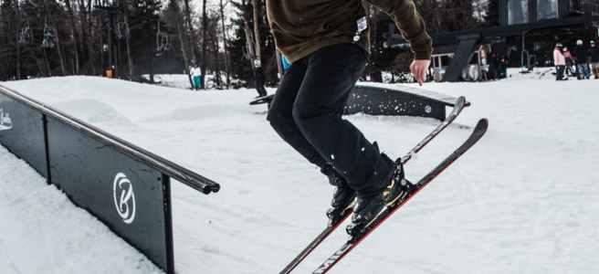 ein Skifahrer der in einem funpark springt